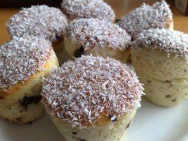 Kokosové mufiny  2,5 hrnku polohrubé mouky, 1 prášek do pečiva, 1 vanilinový cukr, 0,5 hrnku cukru moučka, 1 hrnek kokosu, asi 50g kousků čokolády (půlka malé čokiny na vaření), 1 hrnek mléka, 0,5 hrnku oleje, 2 vejce. Suroviny vymíchat v těsto, dát do mufinků a péct cca 20 minut na 180°C. Po upečení pomazat marmeládou (já jsem dala do povidel, mám domácí a takové jsou řídké, takže jsem je namočila) a pak do kokosu.