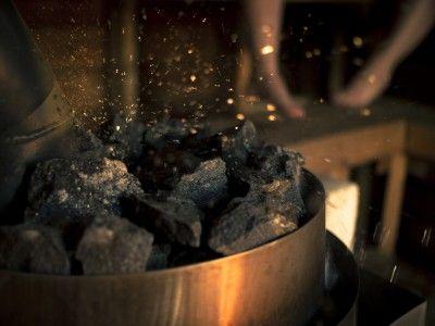 8. Es gibt keine Regeln dafür, wie häufig man einen Aufguss machen kann. Wann immer Sie Lust auf eine schöne Dampfwolke haben, schütten Sie Wasser über den Ofen – fertig.