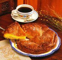 Temps de cuisson : 40 minutes, thermostat 6-7 Ingrédients : Pour six à huit personnes : 300 g de pâte à pain, 150 g de sucre semoule   30 g pour saupoudrer, 150 g de beurre. Mode de préparation : Ce gâteau peut être réalisé avec une simple détrempe d'eau...