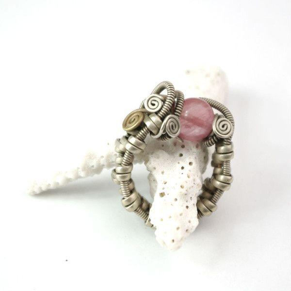 duży zwijany, skrecany pierścionek z kamieniem w ArtePora Craft na DaWanda.com