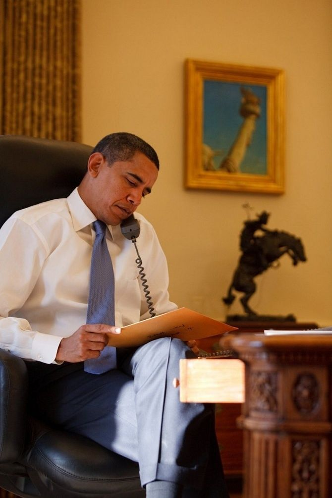 Barack Obama číta rozlúčkový list bývalého prezidenta Georgea W. Busha.