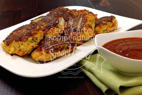 Frisch gemachte Low-Carb Gemüse-Frikadellen mit Tomatensoße