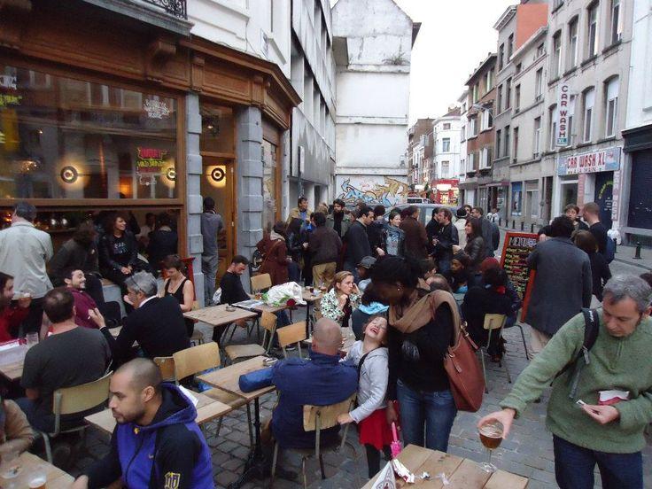 Stam  Onmogelijk te ontkomen aan deze gloednieuwe bar in de Brusselse wijk Matongé. Stam is een warme plek waar diversiteit centraal staat en waar je perfect kan relaxen.  Stam // Bouréstraat 1, 1050 Elsene
