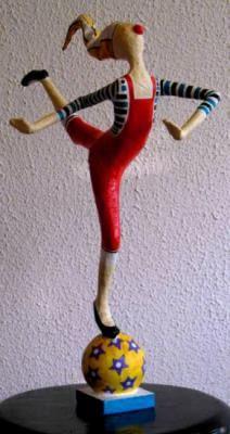 equilibrista com bola escultura do brasil - papel maché jornal,fita crepe,cola escultura em papel
