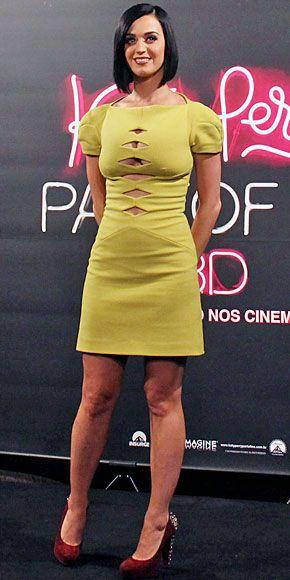 KATY PERRY    La cantante se encuentra en Brasil promocionando su documental Katy Perry: Part of Me. Durante un encuentro con sus fans en Río de Janeiro, mostró un poco de piel con minivestido color mostaza de la colección Otoño 2012 de la marca Versus. Contrastó el modelito con zapatos Brian Atwood en gamuza color rojo vino con pedrería en los tacones.