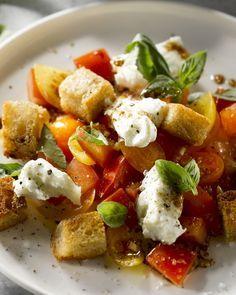 Panzanella is een Toscaanse broodsalade, ideaal om restjes oud brood te verwerken. In deze versie met tomaat, basilicum en mozzarella, super lekker!