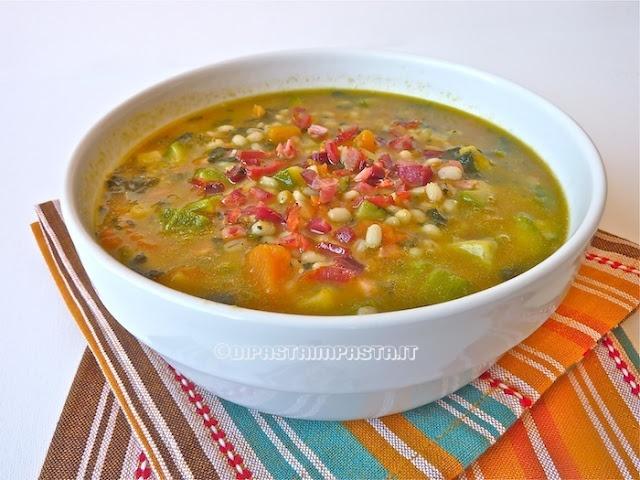 Zuppa di orzo con zucca cavolo e speck