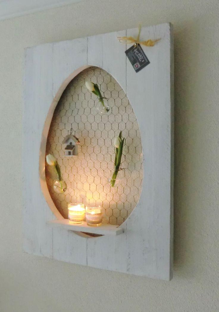 Decoratiebord met uitgezaagd ei en voorzien van een schapje en kippegaas. Leuk om zelf je paasdecoratie in op te hangen of neer te zetten op het schapje. € 25,- wit meerprijs €5,- (exl. accessoires) buitenmaat 80x 59 cm( uitgezaagd deel 60x 40)