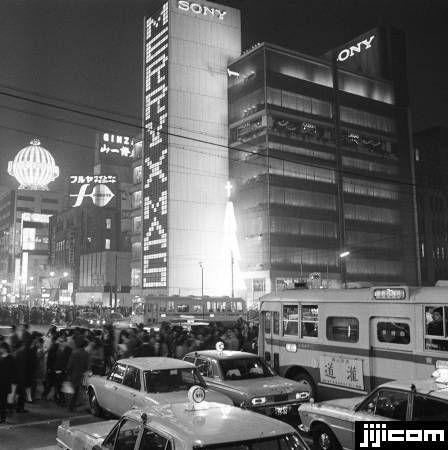 イブの銀座 クリスマス・イブの銀座。ソニービルの壁…:昭和の記憶 '60s 写真特集:時事ドットコム