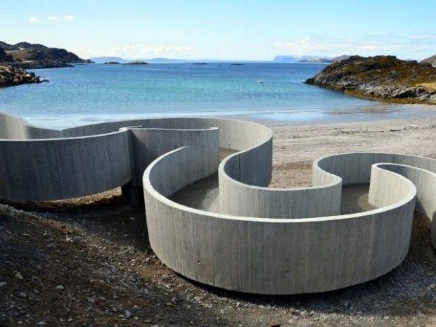 Cette magnifique réalisation imaginée et créée par le studio d'architecture Norvégien RRA, ressemble à une rivière sinueuse qui conduit les visiteurs et les randonneurs à un parcours sensoriel entre la route et l'océan Arctique.  Construit comme une attraction pour le public, le projet comporte différents espaces comme un coin salon, une cheminée, des toilettes publics et un parc à vélo. Parfaitement équipé pour les excursions ou le pique-nique des automobilistes.