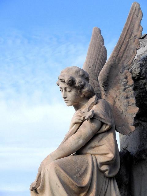 塔の上にありそうな天使の銅像。