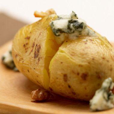 Gebakken aardappels met blauwe kaas