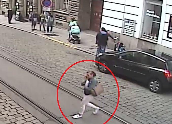 Policisté pátrají po svědcích incidentu, který se odehrál dne 24. května v centru Plzně. Na chodníku ve Zbrojnické ulici poblíž hotelu Continental došlo mezi dvěma ženami, které se v místě míjely s kočárkem, ke vzájemné slovní rozepři. Ta vyústila ve fyzické napadení, při kterém jedna z žen druhou bodla nožem do krku(čtěte zde).