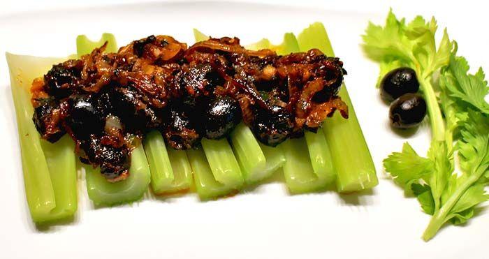 Low Carb Rezept   Staudensellerie mit Oliven-Zwiebelsauce