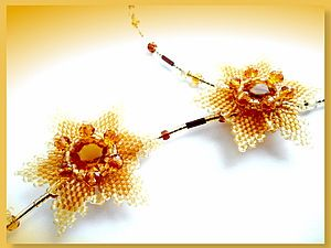 Schema/Tute for beaded flower. Note how back is constructed.  (Translate) ~ Seed Bead Tutorials