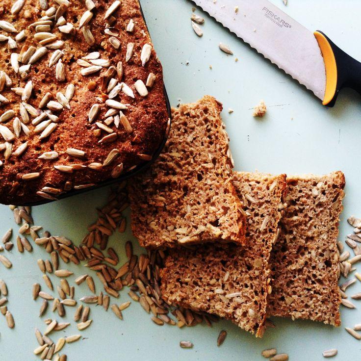 Der er intet som nybagt rugbrød, så i dag skal i få opskriften på et af mine favorit rugbrød. Nemlig solsikke rugbrød. Det er uden surdej, det rækker min tålmodighed nemlig slet ikke til ;). Så nemt at lave og ingredienserne nogle der er nemme at komme til.  Til 1 stortrugbrød skal du ....