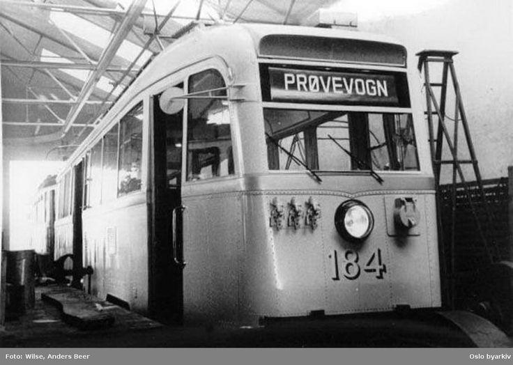 DigitaltMuseum - Oslo Sporveier. Trikk motorvogn 184 type Gullfisk B1, her som prøvevogn, nylevert fra Strømmens Værksted, her i Etterstad vognhall i desember 1938.