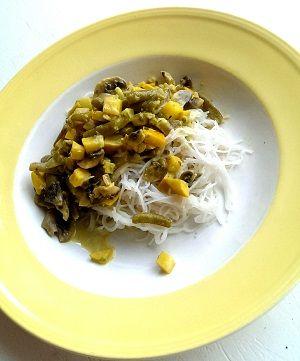 Snel en zomers: vegetarische curry met gele courgette en mihoen
