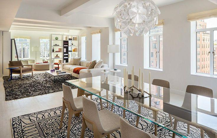 Обеденная зона в гостиной со стеклянным столом