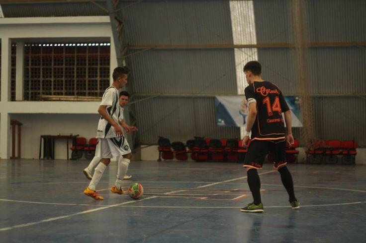 Na Primeira Divisão O Maringá Futebol Clube conquistou ontem o retorno à Primeira Divisão do Campeonato Paranaense. O time foi simplesmente arrasador contra o Andraus, mesmo jogando em Campo Largo, e ganhou de 4 a 0. O time dependia do Cascavel, que fez a sua parte contra o Paranavaí, e ganhou de 2 a 1. …