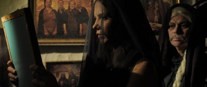 """A inamável Zorica  (2012) - Fantasia/Comédia  -   Um conto de fadas dos Bálcãs com elementos cômicos sobre uma garota interiorana que possui uma maldição extraordinária. Ela se chama Zorica, mas os camponenes a chamam de """"O Beijo da Morte"""". Desde que seu primeiro amor se afogou em um rio, os homens morrem ao seu redor sem explicação. Mane, o policial recém-chegado de Belgrado, deverá cuidar do caso e descobrir se Zorica é uma serial killer ou uma simples garota procurando pelo seu amor."""