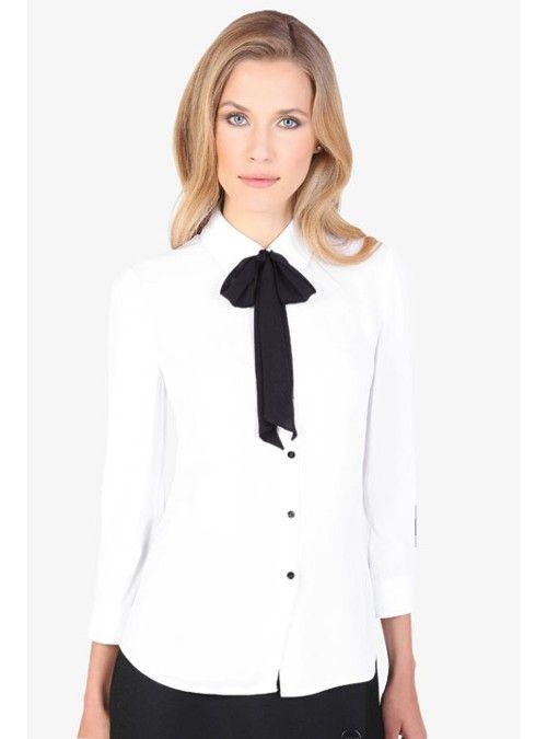 Camisa con corbatín negro desmontable, manga 3/4 y silueta relajada confeccionada en una tela plana con textura. Detallada con botones en contraste sobre puños y aletilla.