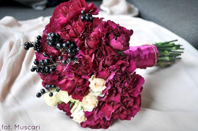 Jesienny bukiet ślubny dla panny młodej w kolorze ciemnej fuksji