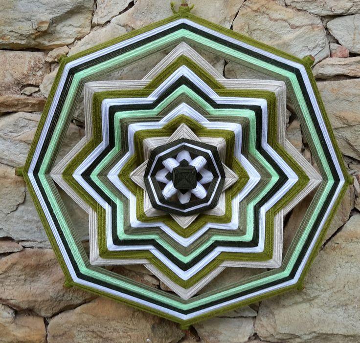 Mandala feita em fios de lã. Cores predominantes: verde. Encomendas dri.armazemdearte@gmail.com