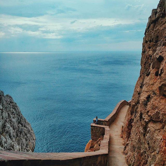 Dai punti panoramici più difficili da raggiungere in #Sardegna, possiamo godere di viste pazzesche e, alla fine, ne vale sempre la pena! Questo di @joseboou ad esempio, è uno di quegli scorci che non si dimenticano: dagli scalini che portano alle #GrotteDiNettuno ad #Alghero, il fiato viene a mancare per la bellezza...e anche per la sfacchinata. La#EscalaDelCabirol, chiamata così proprio perché si arrampica fra le alte scogliere come un capriolo, conta ben 656 scalini e la vista da qui è il…