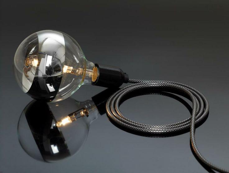 Suspension luminaire design avec grosse ampoule et fil électrique décoré carbone