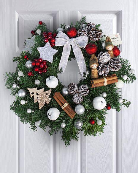 Coronita de Craciun pentru usa cu accesorii rosii si argintii. Christmas door wreath with red and silver accessories.