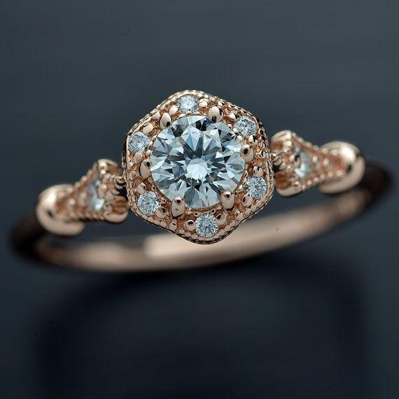 or 14 carats rose rond brillant .30ct à .31ct G-H SI2 GIA ou mieux. avec une fleur style Halo Bague sont composées d'une fleur de Halo avec six diamants. Chaque diamant mesure 1,15 mm avec un poids total de.04 Sur la tige est ornée de deux petits diamants de 1,50 mm une sur chaque côté .03ct TW Tous les diamants sont G-VS-SI avec un poids total de .07ct Toutes mes pierres de centre sont diamants certifiés GIA avec la couleur de l'oeil G-H propre (certificat original inclus) vous pouvez…