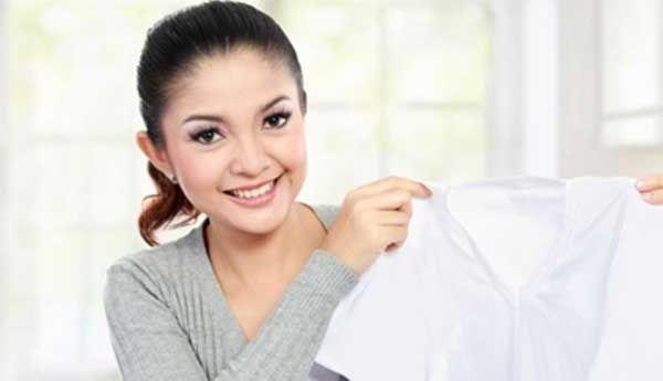 Untuk mengembalikan kecerahan warna baju atau memutihkan baju putih yang kuning karena pemakaian deterjen yang terlalu keras, tentu tidak bisa langsung memutuskan memakai cairan pemutih sebagai solusinya. Mengapa?. karena kandungan zat kimia yang dipergunakan dalam cairan pemutih tersebut tentu memiliki tingkat keasaman yang cukup tinggi. Apalagi ada takaran yang direkomendasikan saat dipergunakan agar tidak merusak …