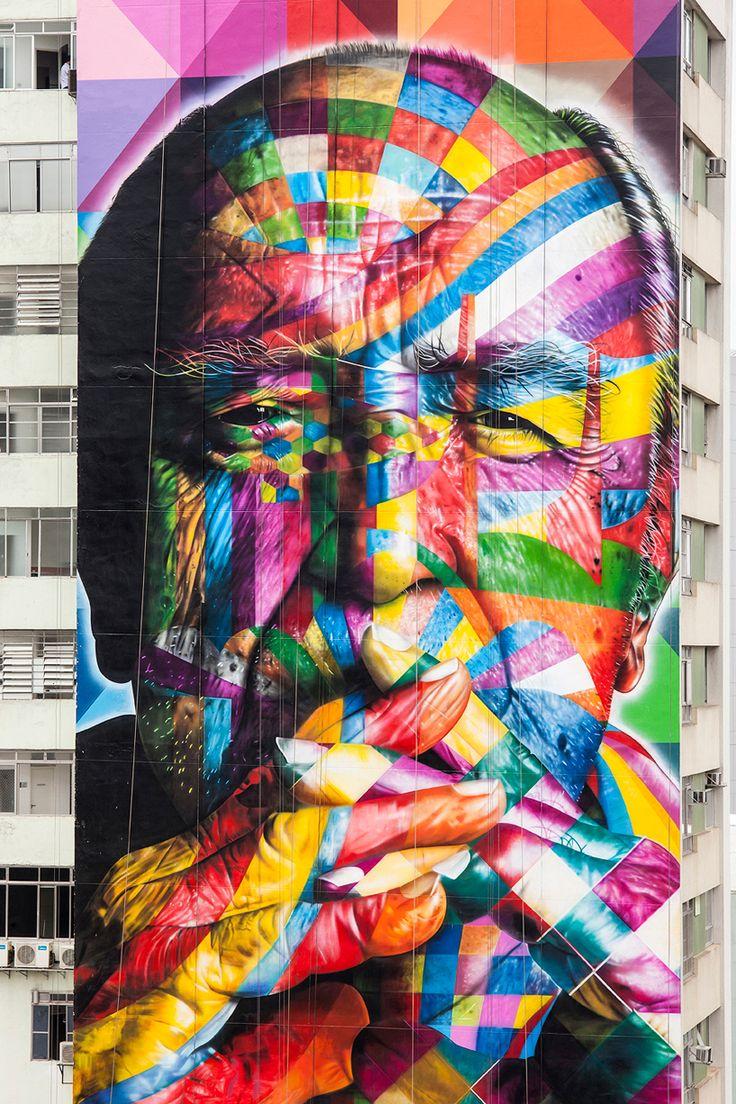 O artista de rua brasileiro Eduardo Kobra agraciou o lado inteiro de um arranha-céu na movimentada rua da Avenida Paulista em São Paulo com um retrato de 52 metros.