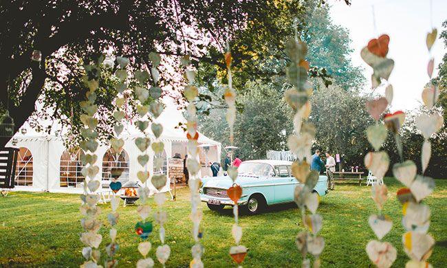 Gaan jullie trouwen in een tent en zijn jullie nog op zoek naar tips voor de aankleding? Check dan deze blog! // Foto: Bloominglight Photography // Girls of honour