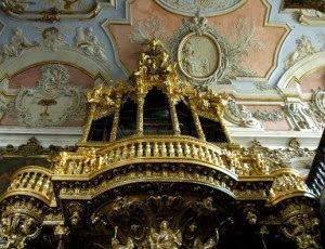 A DINASTIA DE BRAÇANÇA - 1640-1910 Talha dourada é uma técnica escultórica em que madeira é talhada (esculpida) e  dourada, ou seja, revestida por uma película de ouro. Esta técnica,  associada à arquitectura, teve um período de gde aplicação na península Ibérica e respectivas colónias durante o barroco.Tornou-se num dos principais cunhos do barroco do norte de Portugal, a par do azulejo, nos séculos XVII e XVIII,  no interior de igrejas e capelas em altares e retábulos.