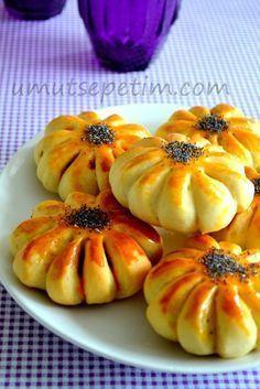 Bir süre önce,sevgili arkadaşım Birsen'de görüntüsüne hayran olduğum bu tarif lezzetiyle de favorim oldu. Hamur mayalı olunca,puf puf kabardı ve sonuç beklediğimden de güzeldi. :)…