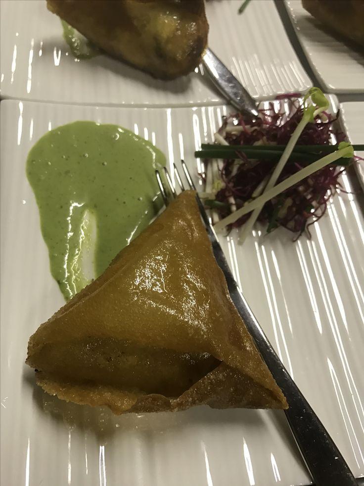 Lekker Indisch: samosa's met kip,erwtjes, wortel, limoen en munt met koriander-muntchutney