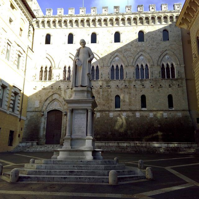 #unesco #siena #art #architecture #tourguide #italy #professional #goodlife #upanddownthechianti #beauty #realthing #fascinating Salimbeni square.  This my last  post for today, so I left with my invite to visit Siena.