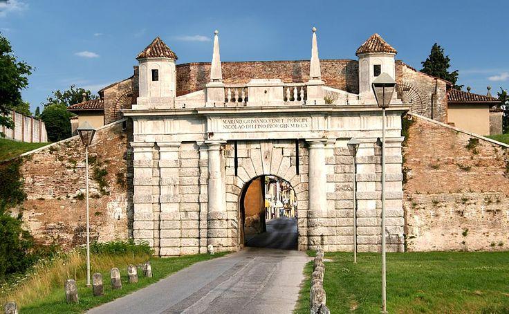 A 50 km #Palmanova città fortezza al centro del Friuli-Venezia Giulia in posizione strategica fu interamente ricostruita dalla Repubblica di Venezia nel 1600 contro le Incursioni dei turchi, cadde sotto la dominazione austriaca, poi sotto i francesi con Napoleone. Ogni dominazione contribuì a rafforzarne le difese.