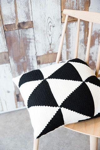 Zwart/wit gehaakt kussen | Veritas cushion free pattern
