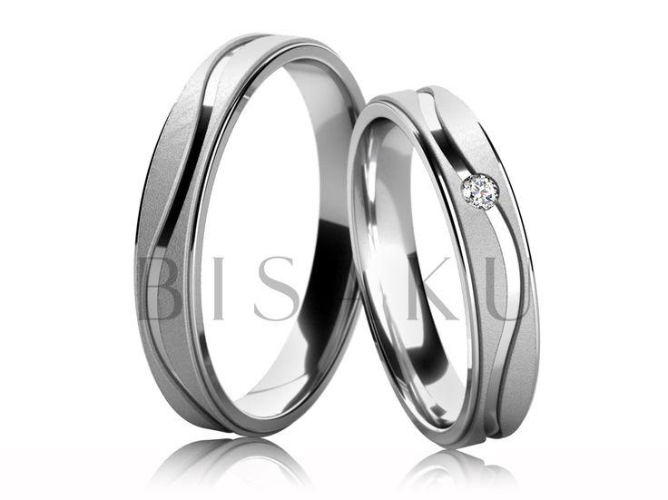 4659 Snubní prsteny z bílého zlata, v saténově matném provedení (příčné matování), jejichž prostřední část je zdobena lesklou drážkou ve tvaru vlnovky, která zdobí oba prsteny po celém obvodu. Do dámského prstenu je zasazen jeden kámen. #bisaku #wedding #rings #engagement #svatba #snubni  #prsteny