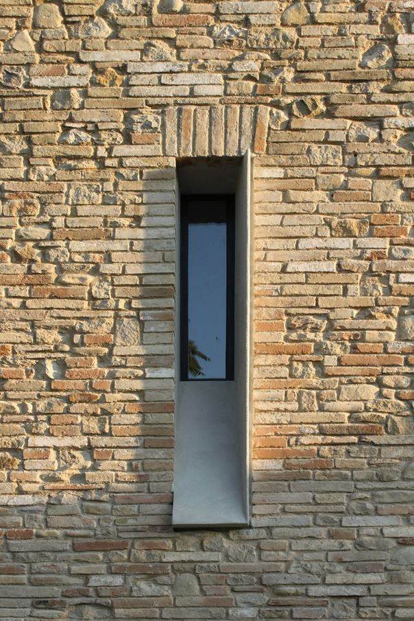Barilari Architetti Rebuild a Rural Home in Ripatransone, Italy