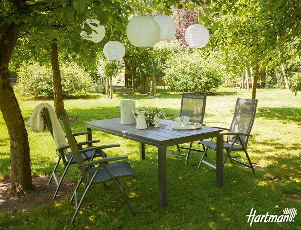 De Sienna #standenstoel met de Bartoli tafel. De witte accessoires geven de set een frisse maar gezellige uitstraling! #Hartman #tuinmeubelen