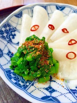 「ご飯にかけて♪かぶの葉の昆布茶漬け」かぶの葉は、サッと茹でで、味を染み込みやすくします。茹でる事により、色も鮮やかになります。七味唐辛子をかけて、炊きたてのご飯に乗せたら、とても美味しいです。【楽天レシピ】