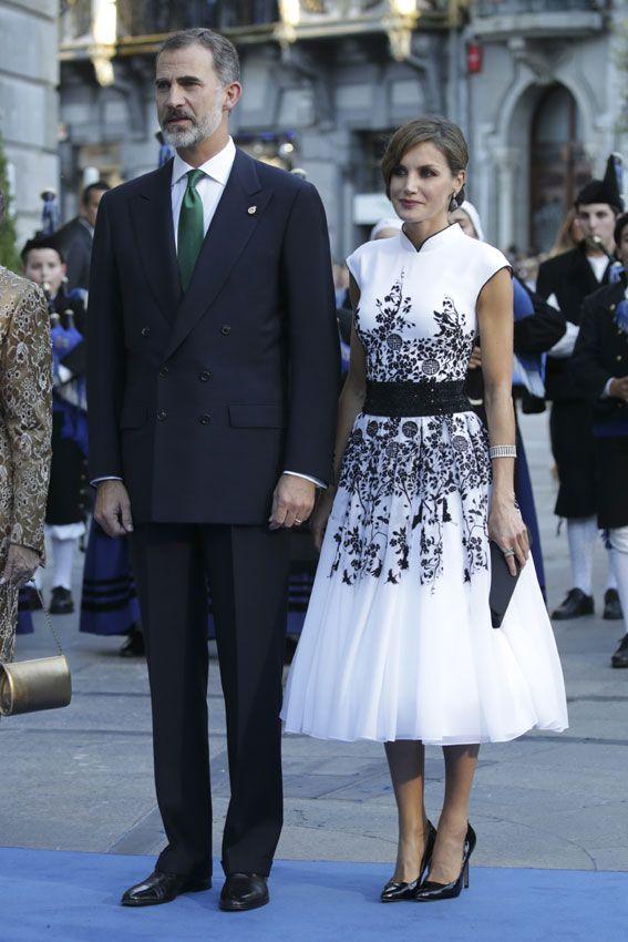 Don Felipe y doña Letizia acudieron este viernes al Teatro Campoamor, junto a la reina Sofía, en el acto principal de estos galardones que estuvieron marcados por la actual situación política del país. 20.10.2017