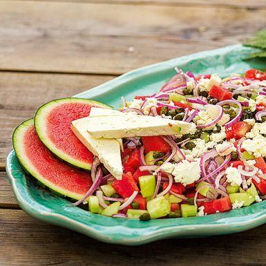 Den här melonsalladen med fetaost blir lika uppskattad till grillmiddagen som på buffén. Saftig vattenmelon i tärningar, krispig gurka och rödlök utgör basen. Sedan tillkommer den salta fetaosten och syrliga kaprisen. En supersallad helt enkelt!