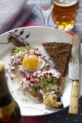 Lækkert bornholmsk smørrebrød - røget sild på rugbrød