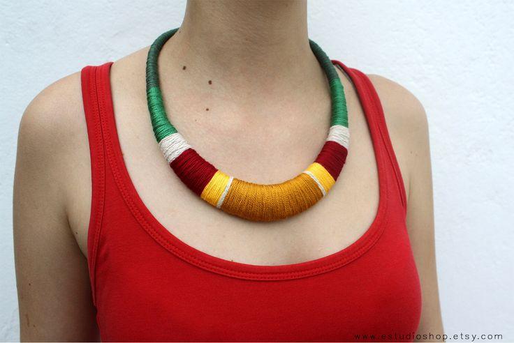 Vert, collier rouge et jaune, collier de déclaration, crochet multicolor, bijoux tribaux, bijoux de l'instruction, collier africain, coloré par estudioshop sur Etsy https://www.etsy.com/fr/listing/236652956/vert-collier-rouge-et-jaune-collier-de