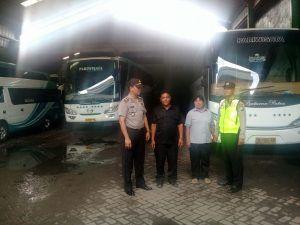 Kapolsek Bersama Kanit Binmas Polsek Wonoayu Polres Sidoarjo Memberikan Himbauan Kepada Pengusaha Bus